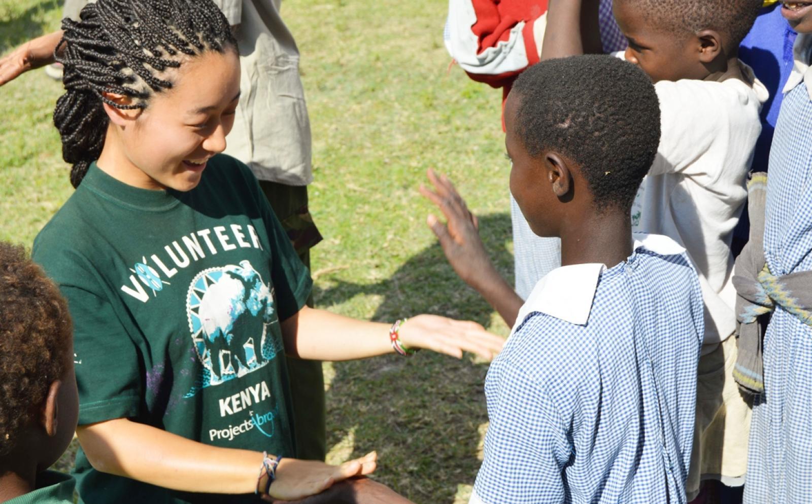 日本人ボランティアがケニアの子供たちと交流する